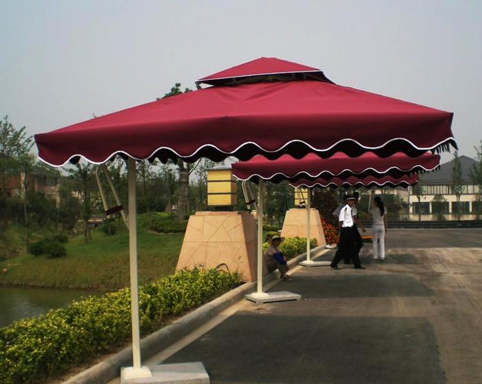 一把好的户外休闲遮阳伞首先要注重材质的好坏,不然经不住风雨,寿命有限。 选材质的时候尽量询问清楚户外休闲遮阳伞骨架的用料,已及厚度,尽量挑选金属和实木框架的,厚度深厚的合适。 户外遮阳伞也叫户外太阳伞,主要用于遮防太阳光直接照射以及防雨。一般采用耐腐抗霉材质,高效抵挡热量及紫外线,骨架轻巧牢固,防腐防锈。适用于酒店门窗、大连园艺设施、家居门窗、门岗、别墅庭院、商场门口、酒吧餐饮门口、临时会场活动、等场所。 户外的遮阳伞有中柱遮阳伞、单边遮阳伞、香蕉吊伞这三大类。同时曲臂式遮阳蓬也在大街小巷、庭院别墅随处